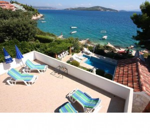 Beachfront apartment with pool near Trogir
